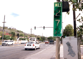 Closeup of Ainakoa Avenue intersection where H-1 ends, with faded terminal milepost 27.44