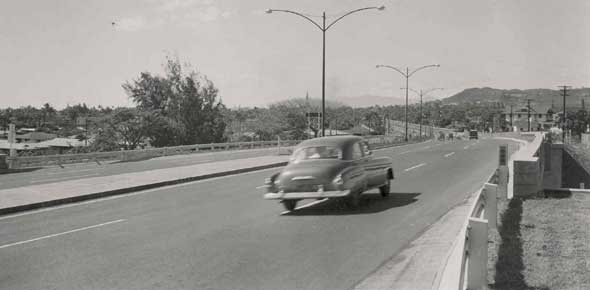 H-1's predecessor the Mauka Arterial, soon after it opened, with six lanes, minimal shoulders, and little traffic